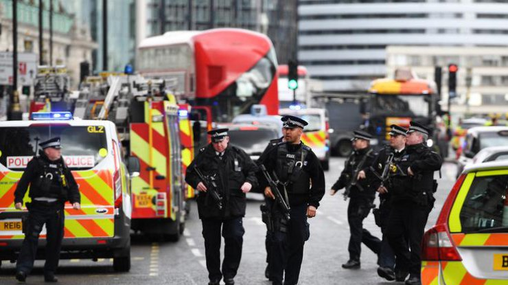 Теракт встолице Англии: автомобиль сбил 5 людей ипротаранил ограду парламента