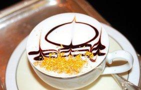 Золото вместо корицы. В одном из ресторанов Абу-Даби придумали необычный способ украшения капучино. Для этого используют золотую пыль, и все это великолепие стоит 25 долларов за чашку