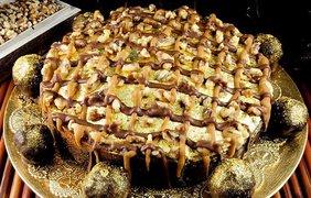 Золотой торт. Для украшения использованы грецкие орехи, золотые листы и хлопья, шоколадные коржи, пропитанные кленовым сиропом и дорогим бурбоном семилетней выдержки. Стоимость этого торта составляет 10 тысяч долларов