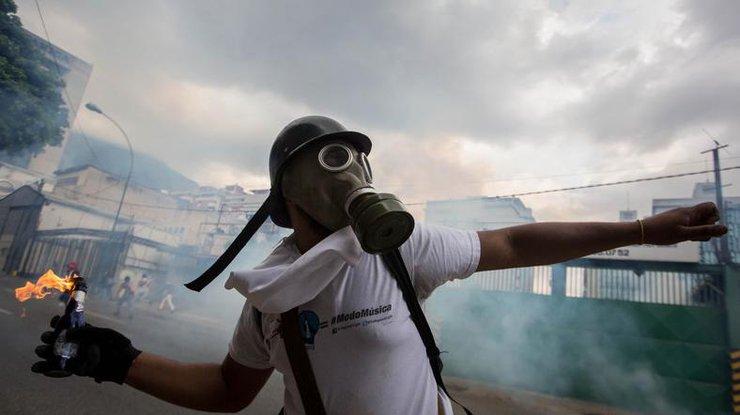 ВВенесуэле забросали камнями машину президента Николаса Мадуро