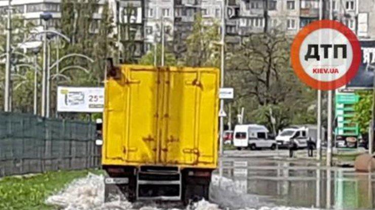 ВКиеве движение поул.Борщаговской затруднено из-за подтопления