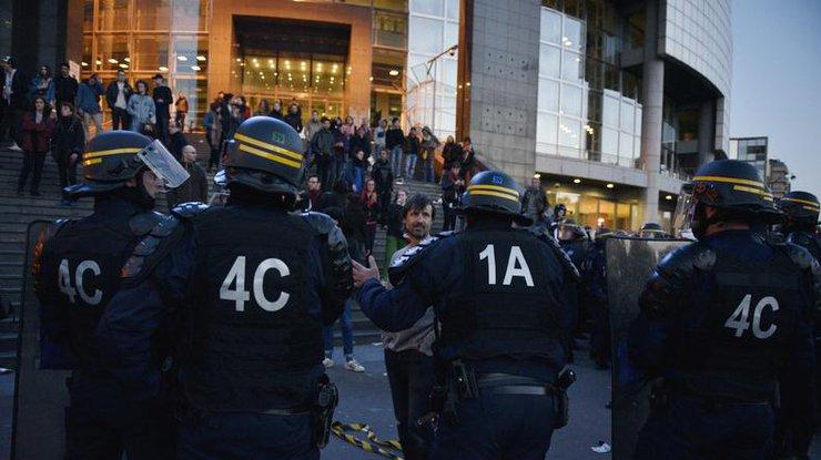 Впроцессе массовых беспорядков встолице франции ранили 6 полицейских