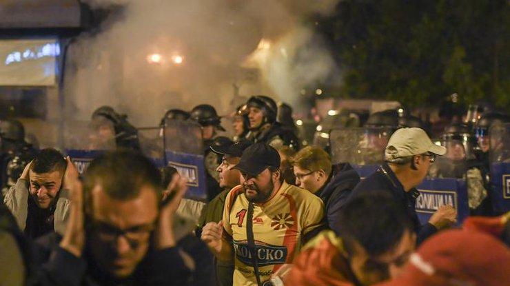 Всети интернет появилось видео нападения демонстрантов на строение парламента Македонии