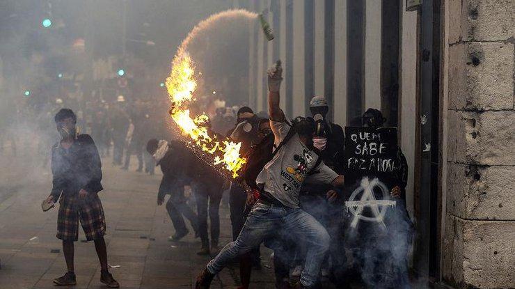ВРио-де-Жанейро полиция разогнала протестующих против реформ спомощью слезоточивого газа