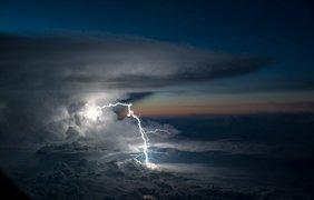 Впечатляющие снимки с борта самолета: летчик заснял грозу над Амазонией