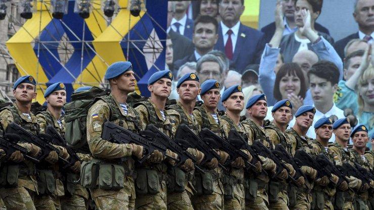 УКиєві наХрещатику проходить військовий парад