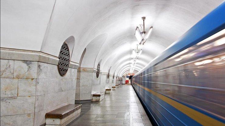 На «красной» ветке киевского метро останавливалось движение поездов: человек упал нарельсы