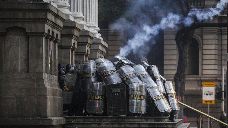 Массовые акции протеста вБразилии обернулись вооруженными конфликтами сполицией