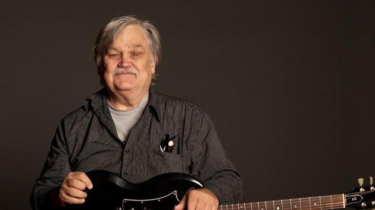 Известный рок-музыкант скончался впроцессе своего юбилейного концерта