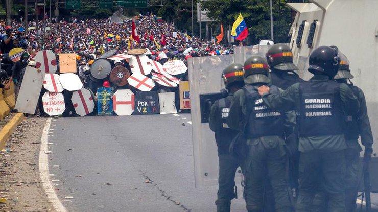 Кадры акции протеста вКаракасе— Гвардия против студентов
