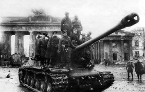 Фото на память на фоне разбитых Бранденбургских ворот в Берлине, стоя на броне тяжелого танка ИС-2