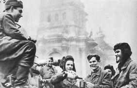 Солдаты в Берлине пьют вино в честь Победы