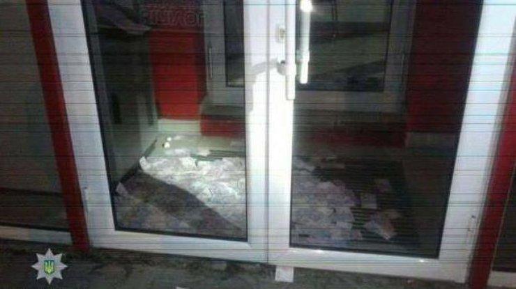 Извзломанного банкомата вКиеве пару часов  выпадали деньги