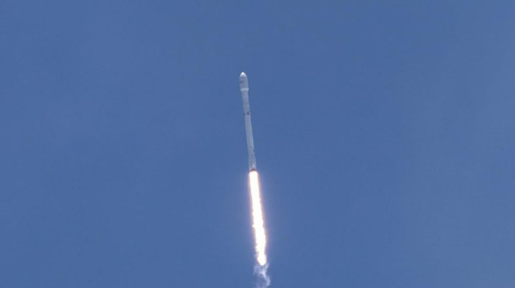 SpaceX запустила Falcon 9 сдесятью спутниками
