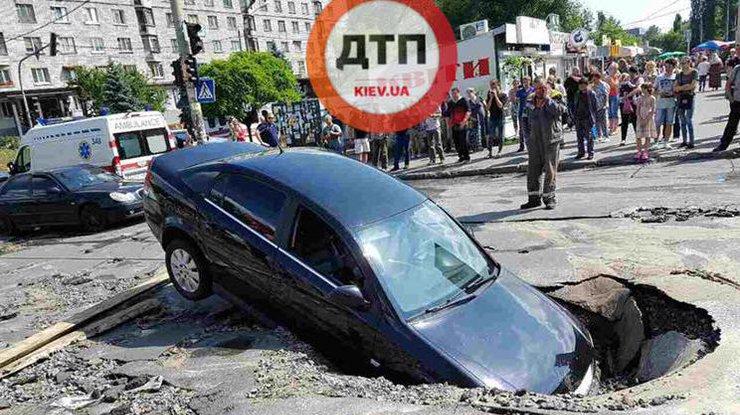 ВКиеве авто с дамой и сыном провалилось под асфальт