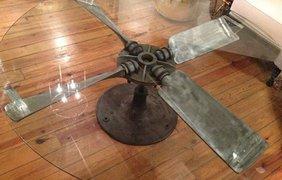 Кофейный столик из винтажного пропеллера. Фото: Boredpanda