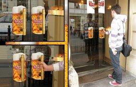 Фото: Пиво Tyskie. Наклейки на дверь в форме кружки пива. MichaÅ' KamiÅ