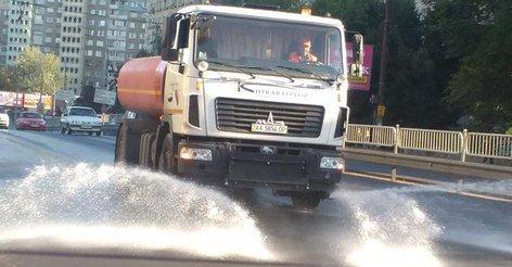 В Киеве дороги поливают водой в усиленном режиме