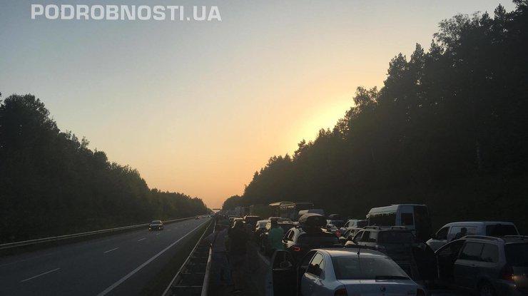 Из-за дорожного происшествия  натрассе Киев-Чоп впробке застряли сотни машин