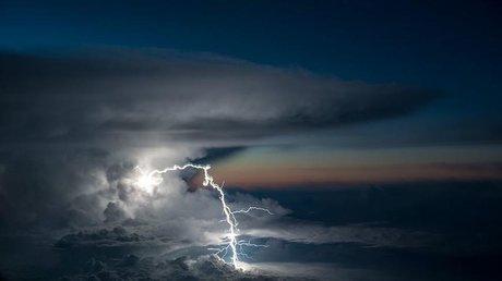 Захватывающие кадры: лоцман фотографирует капризы природы с кабины