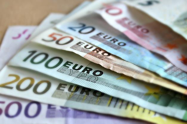 Согласно курсу валют, установленному НБУ для 05 августа, значимость доллара да евро как стрела снижаться.