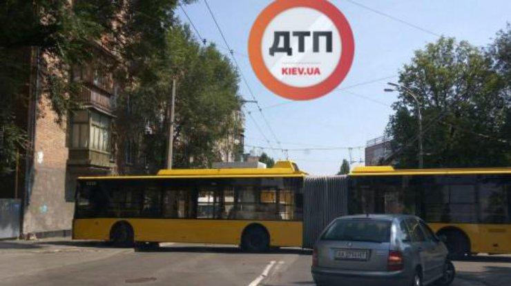 ВКиеве троллейбус наполной скорости «влетел» встену жилого дома