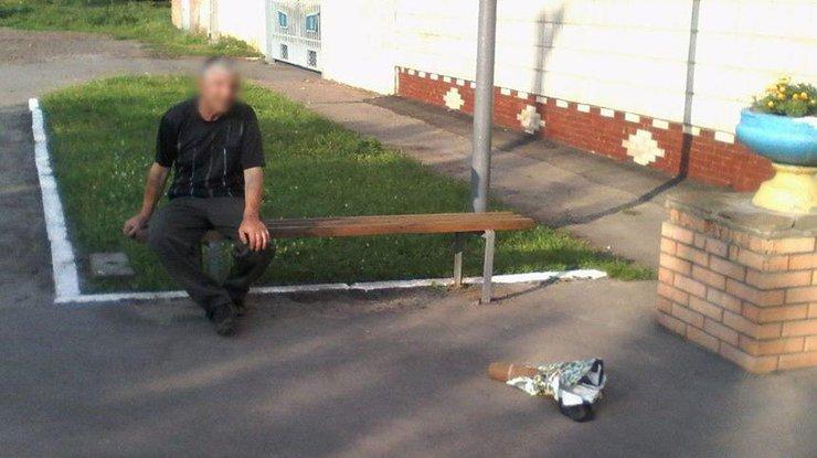 Под Киевом прохожий отыскал снаряд иотвез его саперам впакете