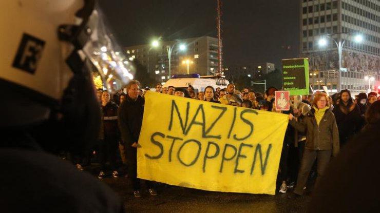 ВБерлине проходит акция протеста перед клубом, где празднуют правопопулисты
