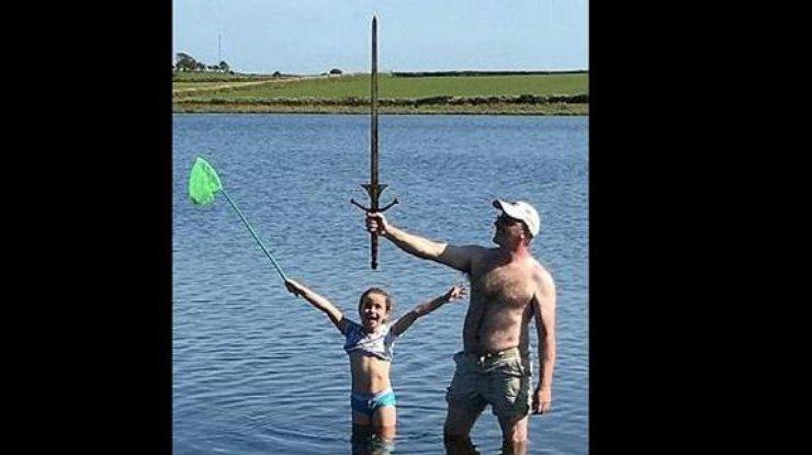 ВАнглии школьница отыскала меч возере излегенды окороле Артуре