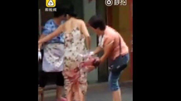 Китаянка родила наулице ипошла домой с малышом ипакетами