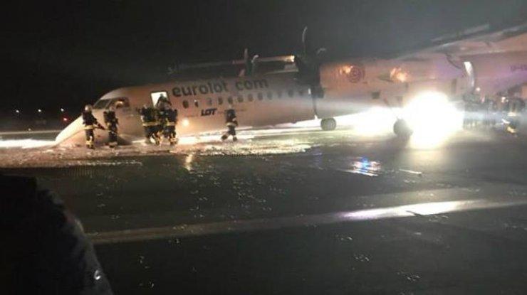 ВВаршаве закрыли аэропорт после аварийной посадки самолёта без шасси