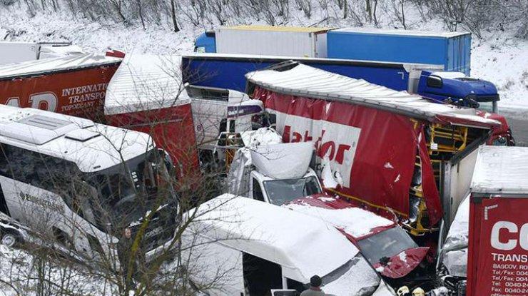 В итоге столкновения неменее 40 авто вЧехии пострадали 10 человек