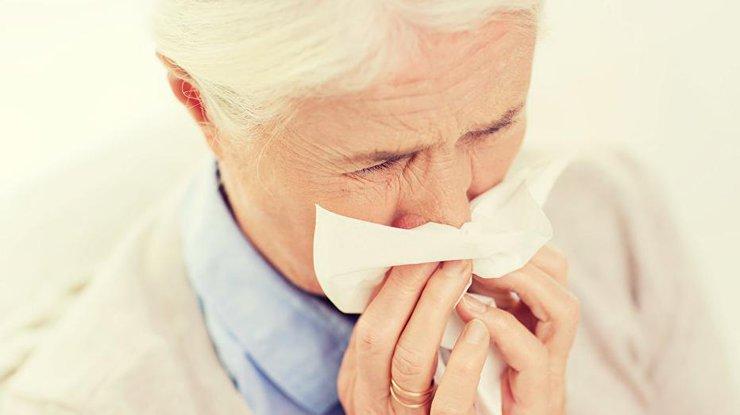Женщина сломала ребро вовремя приступа кашля