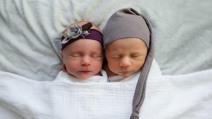 Американка родила близнецов вразные годы