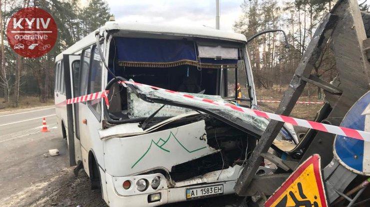 Навыезде из украинской столицы маршрутка спассажирами протаранила грузовой автомобиль, есть пострадавшие