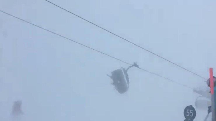 Лыжники немогли выбраться изподъемника вовремя бури