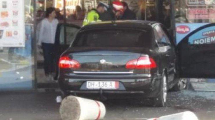 ВРумынии автомобиль протаранил дверь торгового центра