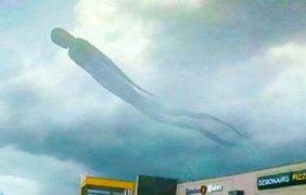 Фото: adme.ru / Гигантское нечто в небе над Замбией