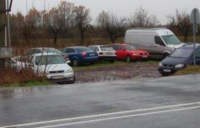 "Владельцы бросают авто у КПП ""Лужники-Берегшурань"". Фото: mukachevo.net"