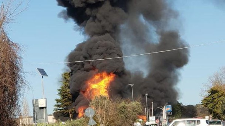 ВИталии наавтозаправке взорвался бензовоз, есть жертвы ираненые