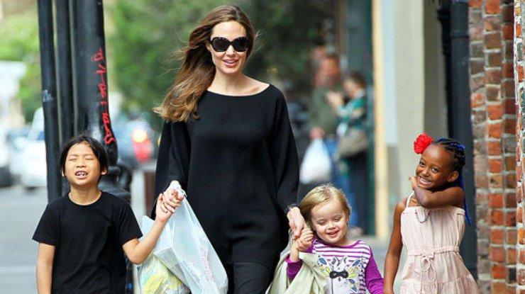 Брэд Питт иАнджелина Джоли приглашают желающих посмотреть на собственный развод
