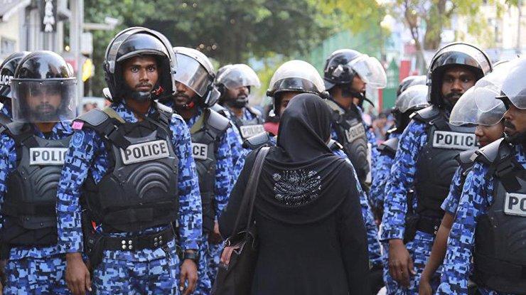 Военные сдубинками ищитами окружили парламент Мальдив
