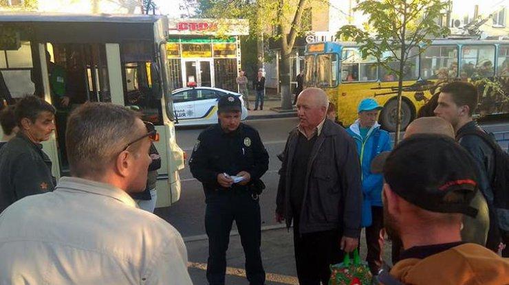 ВЖитомире пьяные парни из-за замечания избили водителя троллейбуса