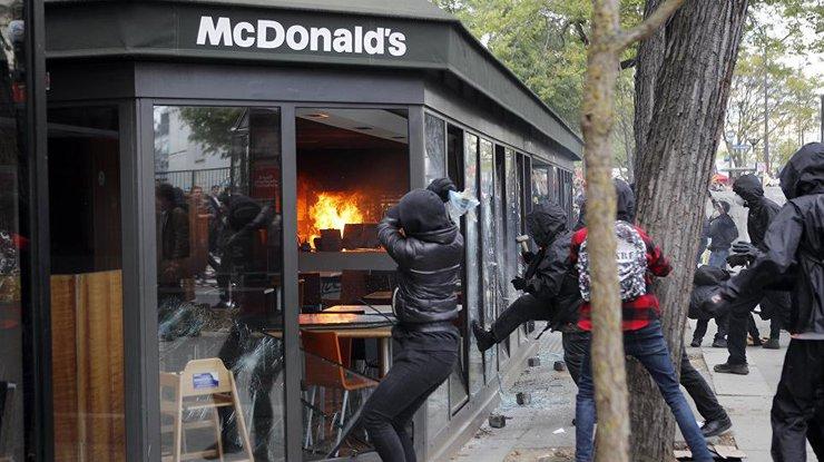 Протестующие начали громить витрины ресторанов и кафе
