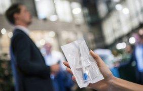 Вместо паспорта и проездного: жители Швеции вживляют чипы под кожу