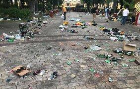 Фото публиковали в соцсетях очевидцы и оставляли гневные подписи.