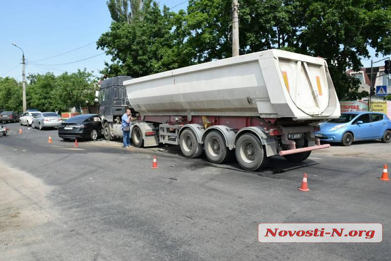 ВНиколаеве грузовой автомобиль врезался вTesla: шофёр электрокара в клинике