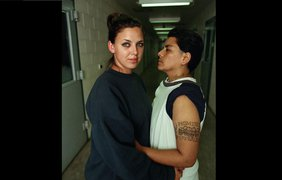 2. Анхель Мартинес (справа) и ее возлюбленная. Фото: Sye Williams/esquire.ru