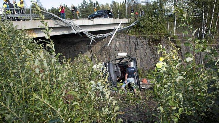 """Результат пошуку зображень за запитом """"финляндия автобус упал с моста"""""""