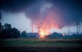 На месте происшествия работают сотни пожарных. Фото: picture alliance/dpd/S.Pieknik